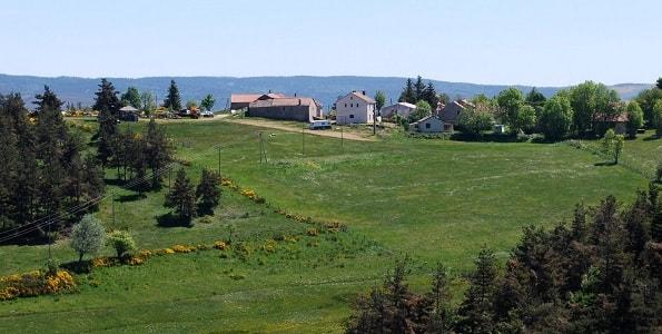 赛文山脉在春天的阳光下光辉灿烂!村子里的花园里,丁香,黄水仙,映衬着屋顶瓦片的鲜艳颜色。远处的薄雾里,能感受到初来的热气,所有的山丘和山脊都呈现着美妙的形状。